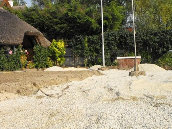 A Balaton melletti magas talajvíz miatt a vastag murvaágy elengedhetetlen a térburkolás előtt