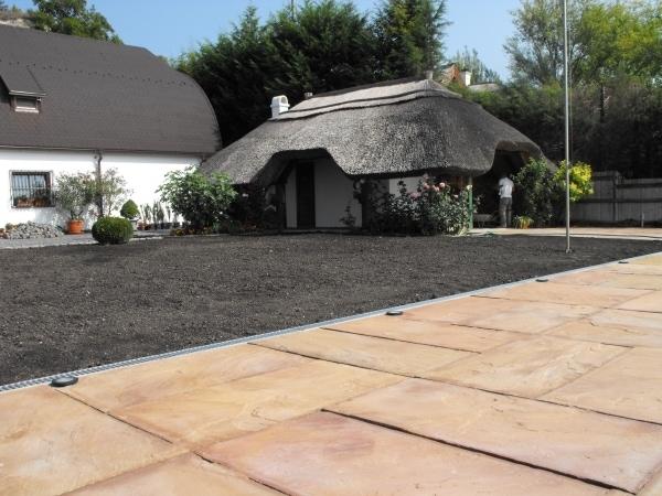 A beépített kertvilágítás sötétben is varázslatossá teszi majd a kész térburkolatot