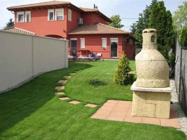 A gyepszőnyeg telepítésével azonnal szép, dús fű lett ebben a kertben is.