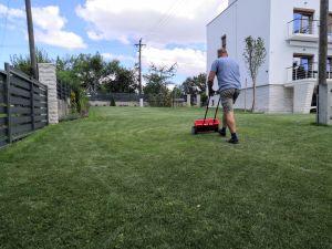 Fontos tavaszi teendő a kertben a gyeptrágyázás